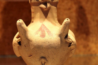 Vaso a biberon antropomorfo in ceramica con due versatoi