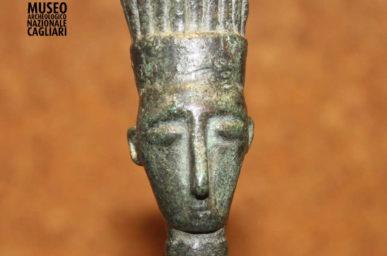 Testina di guerriero in bronzo con copricapo piumato
